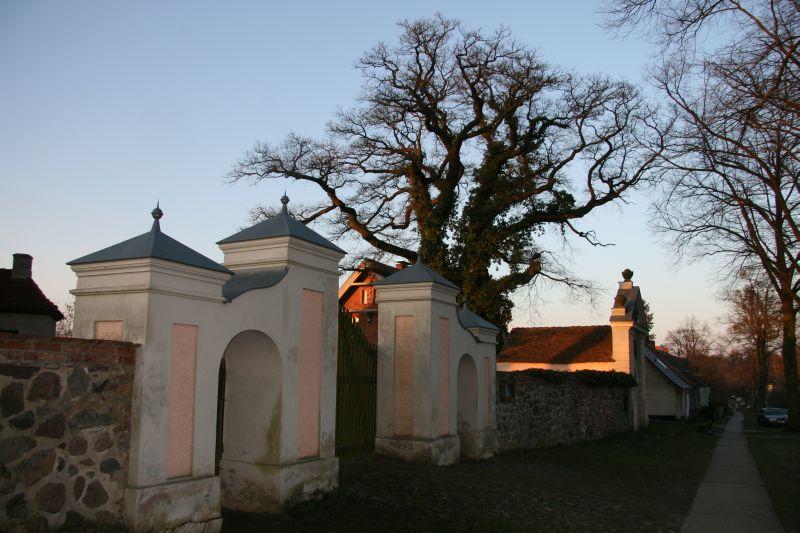 Friedhofsmauer mit Eingangstor